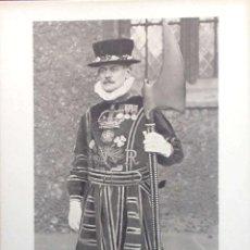 Postales: TORRE DE LONDRES. YEOMAN GAOLER IN STATE DRESS WITH AXE. NUEVA. BLANCO/NEGRO. Lote 213854303