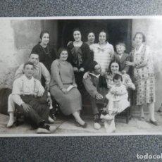 Postales: PAMPLONA FOTÓGRAFO RUPEREZ POSTAL FOTOGRÁFICA FAMILIA POSANDO. Lote 243684115