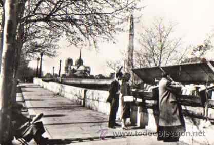 PARIS - EN FLANANT SUR LES QUAIS (Postales - Postales Extranjero - Europa)