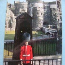 Postales: POSTAL DE LONDRES, INGLATERRA. AÑO 1965. GUARDIÁN DEL TOWER BRIDGE. 89. . Lote 28954409
