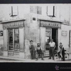 Postales: ANTIGUA FOTO POSTAL FRANCESA. PERSONAJES DELANTE DE UNA FERRETERIA. SIN CIRCULAR. Lote 45398826