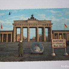 Postales: POSTAL ALEMÁN A COLOR (1959) CON DEDICATORIA BERLIN - BRANDENBURGER TOR -ENVIADO DESDE ALEMANA A BCN. Lote 84829740