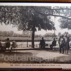 Postales: VICHY UN COIN DU PARC ET LES BORDS DE L´ALLIER CARTE POSTALE. Lote 147281582