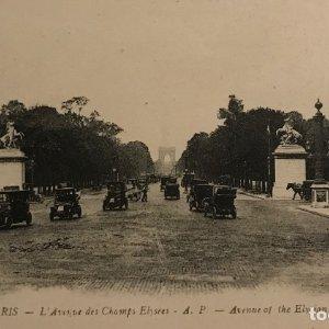 París. L'Avenue des Champs Elysées. Coches antiguos en los Campos Elíseos de París. Postal antigua