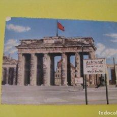 Postales: POSTAL DE ALEMANIA. BERLIN. BRANDENBURGER TOR. ACHTUNG! SIE VERLASSEN JETZT WEST-BERLIN. . Lote 173562682