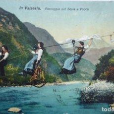 Postales: P-11965. VARALLO (PIAMONTE). IN VALSESIA. PASSAGGIO SUI SESIA A VOCCA. COLOREADA. CIRCULADA. 1920. Lote 227766420