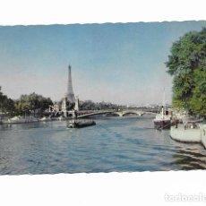 Postales: PARIS, LES QUAIS DE LA SEINE VERS LE PONT ALEXANDRE III. CIRCULADA 1961.. Lote 237059505