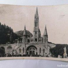 Postales: POSTAL LOURDES, ESPLANADA DE LA BASILICA, CIRCULADA 1951. Lote 296717848
