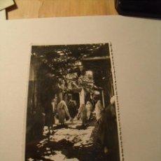 Postales: POSTAL DE TETUÁN. MOROS EN LA CALLE. EDICIONES ARRIBAS. CIRCULADA AÑO 1952. POSTAL 88. Lote 19250092
