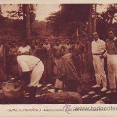 Postales: GUINEA ESPAÑOLA. RACIONAMIENTO DE BRACEROS EN UNA FINCA.. Lote 38753921