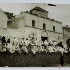 Postales: FOTO POSTAL ETNOGRAFICA DE TETUAN, MUJERES MORAS ESPERANDO EL PASO DEL JALIFA, PROTECTORADO ESPAÑOL . Lote 46479171