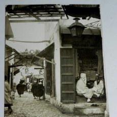 Postales: FOTO POSTAL ETNOGRAFICA DE TETUAN, CALLE DE LAS ZAPATERIAS Y PAÑERIAS, PROTECTORADO ESPAÑOL EN MARRU. Lote 46479268