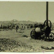 Postales: FOTO POSTAL MONTE ARRUIT CAMPAÑA DEL RIF 1921 GUERRA MARRUECOS MÁQUINAS AGRÍCOLAS DESTROZADAS MOROS. Lote 49635132