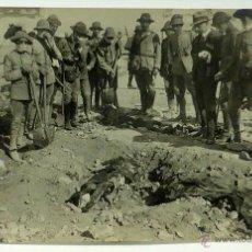 Postales: FOTO POSTAL MONTE ARRUIT CAMPAÑA RIF 1921 GUERRA MARRUECOS ALTO COMISARIO IDENTIFICANDO CADÁVERES. Lote 49635651