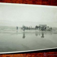 Postales: FOTOGRAFIA DE PLAYA CABO JUBY, SAHARA ESPAÑOL, DESCARGANDO PROVISIONES, AÑO 1932, MIDE 11 X 8 CMS.. Lote 50101868