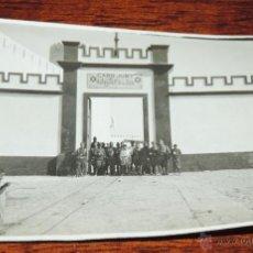 Postales: FOTOGRAFIA DE CABO JUBY, SAHARA ESPAÑOL, CAMPAMENTO OFICIALES ESPAÑOLES, AÑO 1932, MIDE 11 X 8 CMS.. Lote 50102214