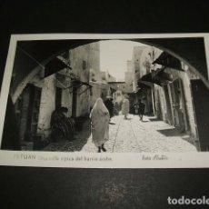 Postales: TETUAN UNA CALLE TIPICA DEL BARRIO ARABE FOTO RUBIO. Lote 84511800