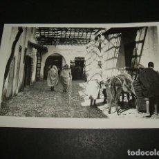 Postales: TETUAN UNA CALLE TIPICA DEL BARRIO ARABE FOTO RUBIO. Lote 84511884