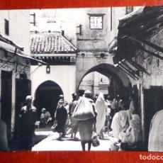 Postales: POSTAL ANTIGUA 1955 TETUAN CALLE POSTAS GENTE MARRUECOS . FOTO GARCIA CORTES. ESCRITA. SERIE Nº52. Lote 94273280