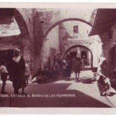 Postales: TETUÁN (PROTECTORADO ESPAÑOL EN MARRUECOS): ENTRADA AL BARRIO DE LOS HERREROS. NO CIRCULADA. AÑOS 30. Lote 100215215