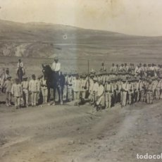 Postales: POSTAL FOTOGRÁFICA CAMPAÑA DE AFRICA. TROPAS EN CAMPO ABIERTO. SALACOF Y TRAJE DE RAYADILLO. Lote 102786447
