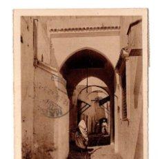 Postales: UNA CALLE DE TETUAN. MARCA DE CENSURA Y FRANQUICIA INTERVENCIÓN REGIONAL DE GOMARA-XAUEN. Lote 115519775