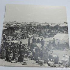 Postales: GRAN FOTOGRAFIA DE UN DIA DE MERCADO EN GUINEA ECUATORIAL, FOTOGRAFO J. JIMENEZ, GRAN TAMAÑO MIDE 30. Lote 127621243