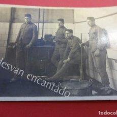 Postales: SOLDADOS DESTINADOS EN EL NORTE DE AFRICA. POSANDO EN COCINA. POSTAL FOTOGRÁFICA. GUERRA DEL RIFF. Lote 157004150