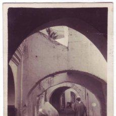 Postales: TETUÁN (PROTECTORADO ESPAÑOL EN MARRUECOS): UNA CALLE DEL YINUI. CIRCULADA CON CENSURA (1938). Lote 160361274