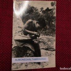 Postales: POSTAL FOTOGRAFICA GUINEA ECUATORIAL, EXTRAYENDO NIGÜA - Nº145, FOTO.CALIFORNIA BATA +. Lote 176028114