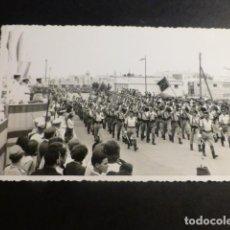 Postales: SIDI IFNI DESFILE DE REGULARES FOTOGRAFIA TAMAÑO POSTAL FOTO MARTINEZ. Lote 197253461