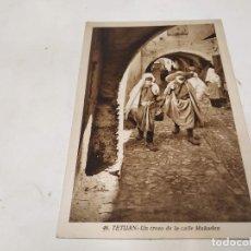 Postales: MARRUECOS - POSTAL TETUÁN - UN TROZO DE LA CALLE MUKADEN. Lote 222057766
