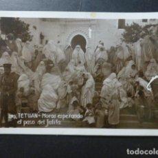Postales: TETUAN MARRUECOS MORAS ESPERANDO EL PASO DEL JALIFA. Lote 236195070
