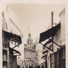 Postales: MARRUECOS,TETUAN, CALLE DEL BARRIO MORO. POSTAL FOTOGRAFICA CIRCULADA. Lote 253308485