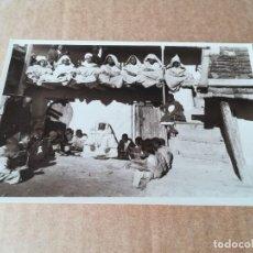 Postales: COSTUMBRES ÁRABES ESCUELA CORÁNICA - EDICIONES FOTO ESPAÑA VILLA ALHUCEMAS. Lote 253854530