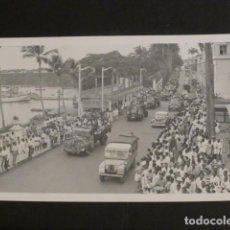 Postales: SANTA ISABEL DE FERNANDO POO POSTAL FOTOGRAFICA DESFILE CON AUTOMOVILES LAND ROVER 1957. Lote 275843078