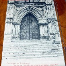 Postales: ANTIGUA POSTAL DEL MONASTERIO DE GUADALUPE - PUERTAS DEL TEMPLO EN BRONCE REPUJADO. Lote 1115787