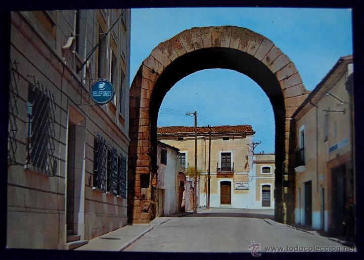 POSTAL DE MERIDA (BADAJOZ). ARCO DE TRAJANO. EDICIONES ARRIBAS. AÑOS 60 (Postales - España - Extremadura Moderna (desde 1940))
