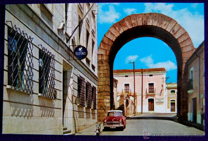 POSTAL DE MERIDA (BADAJOZ). ARCO DE TRAJANO. COMERCIAL GF. AÑOS 60 (Postales - España - Extremadura Moderna (desde 1940))