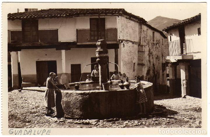 PRECIOSA POSTAL - MONASTERIO DE GUADALUPE (PUEBLO) (CACERES) - LA FUENTE DE LOS TRES CHORROS (Postales - España - Extremadura Antigua (hasta 1939))