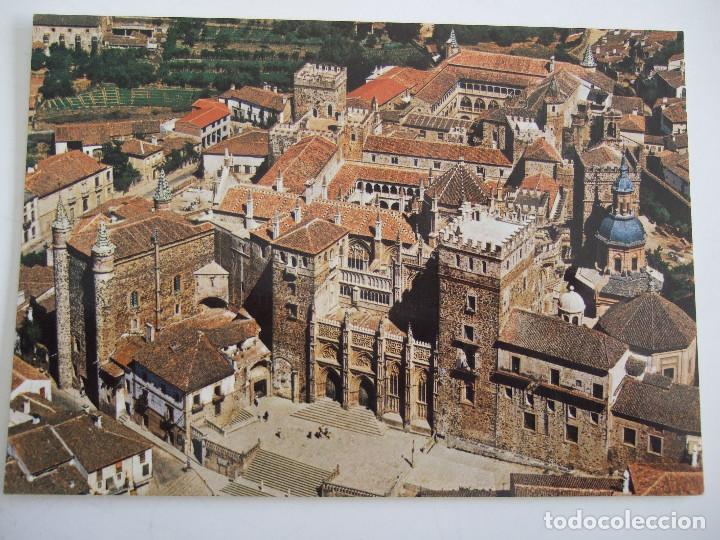 POSTAL CACERES - GUADALUPE - VISTA AEREA DEL MONASTERIO - 1973 - GARCIA GARRABELLA 85 - SIN CIRCULAR (Postales - España - Extremadura Moderna (desde 1940))