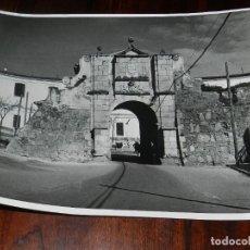 Postales: ANTIGUA FOTOGRAFIA DE BADAJOZ, PUERTA DEL PILAR, FOTOGRAFO EMILIO, ES MUY GRANDE, MIDE 24 X 18 CMS.. Lote 144441278