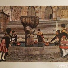 Postales: GUADALUPE, CACERES, JOVENES CON TRAJES TIPICOS EN LA FUENTE. Lote 147862830