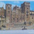 Postales: POSTAL DE GUADALUPE ( CACERES ) : PLAZA Y FACHADA PRINCIPAL DEL MONASTERIO . AÑOS 70. Lote 160613858