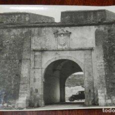 Postales: FOTOGRAFIA DE BADAJOZ. PUERTA DE TRINIDAD. FOTO PESINI. MIDE 17,5 X 11,5 CMS.. Lote 172991487