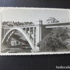 Postales: TALAVERA LA VIEJA CACERES PUENTE DE ALARZA Y AUTOBUS DESAPARECIDO ANTIGUA POSTAL FOTOGRAFICA AÑOS 40. Lote 175911310