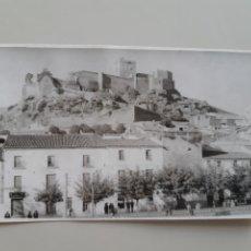 Cartes Postales: POSTAL ANTIGUA ALBURQUERQUE BADAJOZ AVENIDA DEL GENERAL FRANCO Y CASTILLO AL FONDO. Lote 212580742