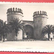 Postales: BADAJOZ 47 PUERTA DE PALMAS, VARIEDAD ED. M ARRIBAS EN REVERSO. DENTADA, CIRCULADA 1957. Lote 222395247