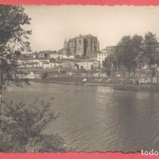 Postales: PLASENCIA (CACERES) 43 LA CATEDRAL DESDE EL RIO, EDC.ARRIBAS VARIEDAD REVERSO, CIRCULADA 1953. Lote 223943252