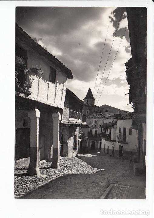 MONASTERIO DE GUADALUPE (CÁCERES).- LA TÍPICA CALLE REAL, CON TORREONES DEL MONASTERIO AL FONDO (Postales - España - Extremadura Antigua (hasta 1939))